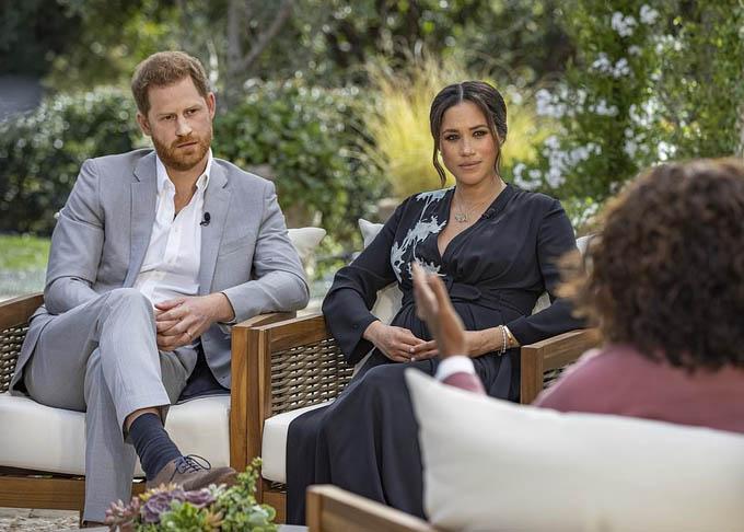 Hoàng tử Harry và vợ trong cuộc phỏng vấn gây sốc của họ với người dẫn chương trình Oprah Winfrey. Ảnh: Harpo.