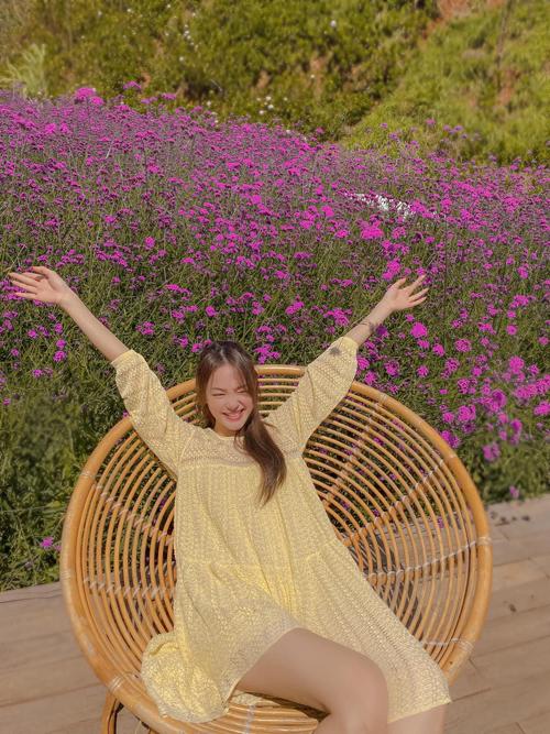 Chất liệu nhẹ tênh cùng dáng đầm cổ điển phom rộng của Minh Hằng sẽ giúp bạn gái đáng yêu hơn khi đi du lịch và nghỉ dưỡng.