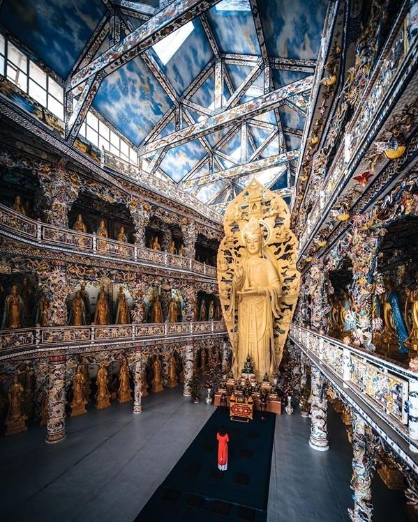 [Caption]hùa nằm trên đường Tự Phước được xây dựng từ năm 1949. Đặc trưng của nơi này là từ cổng đến chùa trong khuôn viên đều trang trí bằng hàng nghìn mảnh chai, sành, sứ... nên có tên gọi khác là chùa Ve Chai. Nhiều công trình độc đáo như con rồng uốn lượn dài tới 49 m bao quanh tượng đài Phật Di Lặc ở Long Hoa Viên, khu vực 18 tầng địa ngục, khu trưng bày đồ cổ, điêu khắc tượng sáp... Đây cũng là nơi có bức tượng Quan Thế Âm Bồ Tát bằng hoa bất tử lớn nhất Việt Nam. Tượng được kết từ khoảng 650 triệu bông hoa, tương đương 1.630 kg, cao khoảng 18 m.