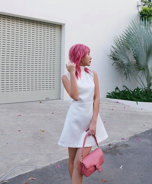 Vốn là cô nàng yêu những gam màu sặc sỡ, vì thế Quỳnh Anh Shyn không bỏ lỡ trào lưu mix phụ kiện màu nổi khi xuống phố.