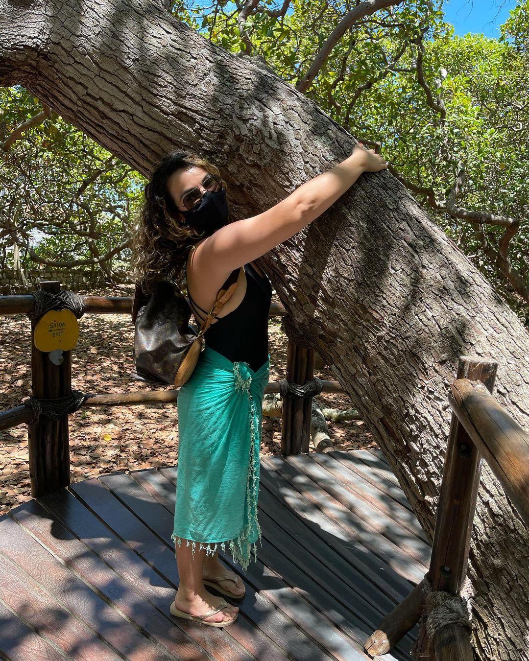 Hiện cây vẫn hút khách tham quan dù giữa mùa dịch. Nhiều du khách đeo khẩu trang check-in với cây điều nổi tiếng này. Ảnh: Paulaserafini.