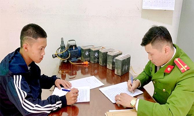 Nghi can Hoàng (góc trái) tại cơ quan điều tra. Ảnh: Bảo Trung