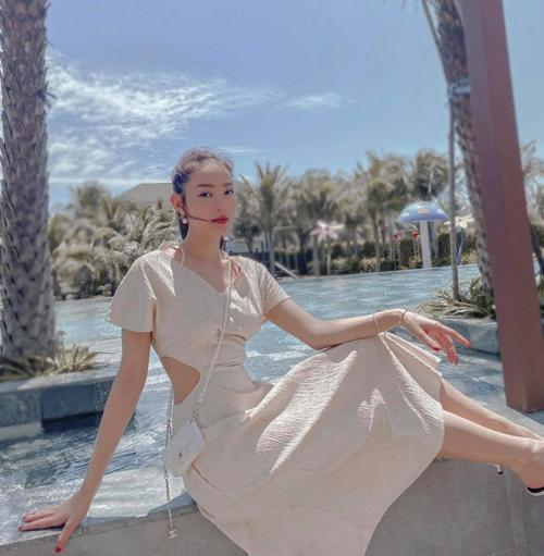 Diện set đồ theo phong cách white on white, Minh Hằng chọn thêm túi đeo chéo của Chanel để hoàn thiện set đồ đi du lịch.