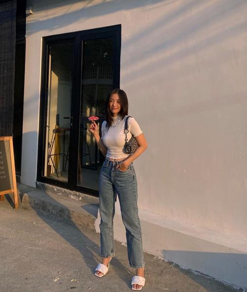 Salim tôn dáng gợi cảm và khoẻ khoắn với cách mix áo thun ôm cùng quần jeans. Phụ kiện đi kèm là túi Dior và sandal của Bottega.