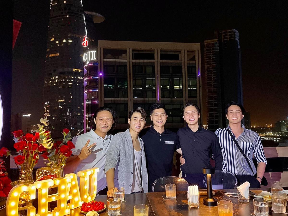 Lâm Bảo Châu chụp ảnh cùng hội bạn.
