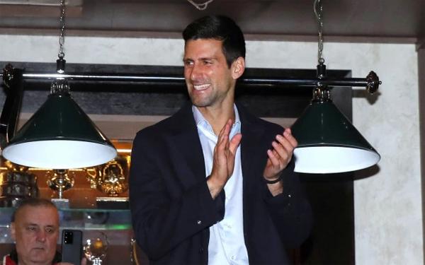 Gương mặt tươi cười rạng rỡ của Nole sau khi đạt cột mốc đáng nể trong sự nghiệp. Tuy nhiên, việc có đông người tụ tập mừng Djokovic lại vi phạm quy định phong tỏa của Serbia.