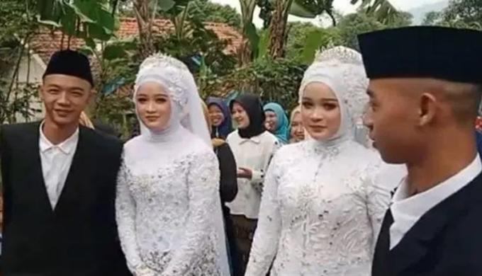 Hai cặp đôi trong ngày cưới hôm 27/2. Ảnh: Newsflash.