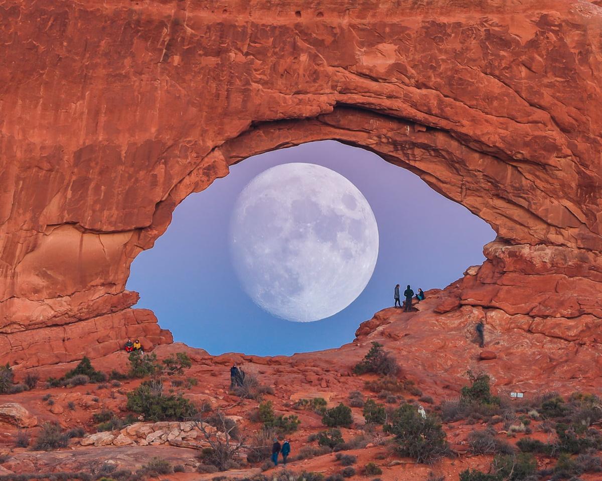 [Caption]Trăng tròn trông giống như một con mắt khổng lồ khi nó đi qua phía sau một vòm đá ở Utah