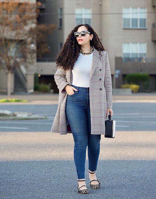 Để ý màu sắc  Quần jean có màu xanh đậm cổ điển không phai màu hoặc các điểm nhấn khác màu trực quan giúp dáng bạn thon gọn hơn. Hơn nữa, những chiếc quần jean như vậy không chỉ là một món đồ cần thiết của tủ quần áo mà còn kết hợp tốt với bất kỳ trang phục nào khác mà chúng còn trông rất thanh lịch và sang trọng.