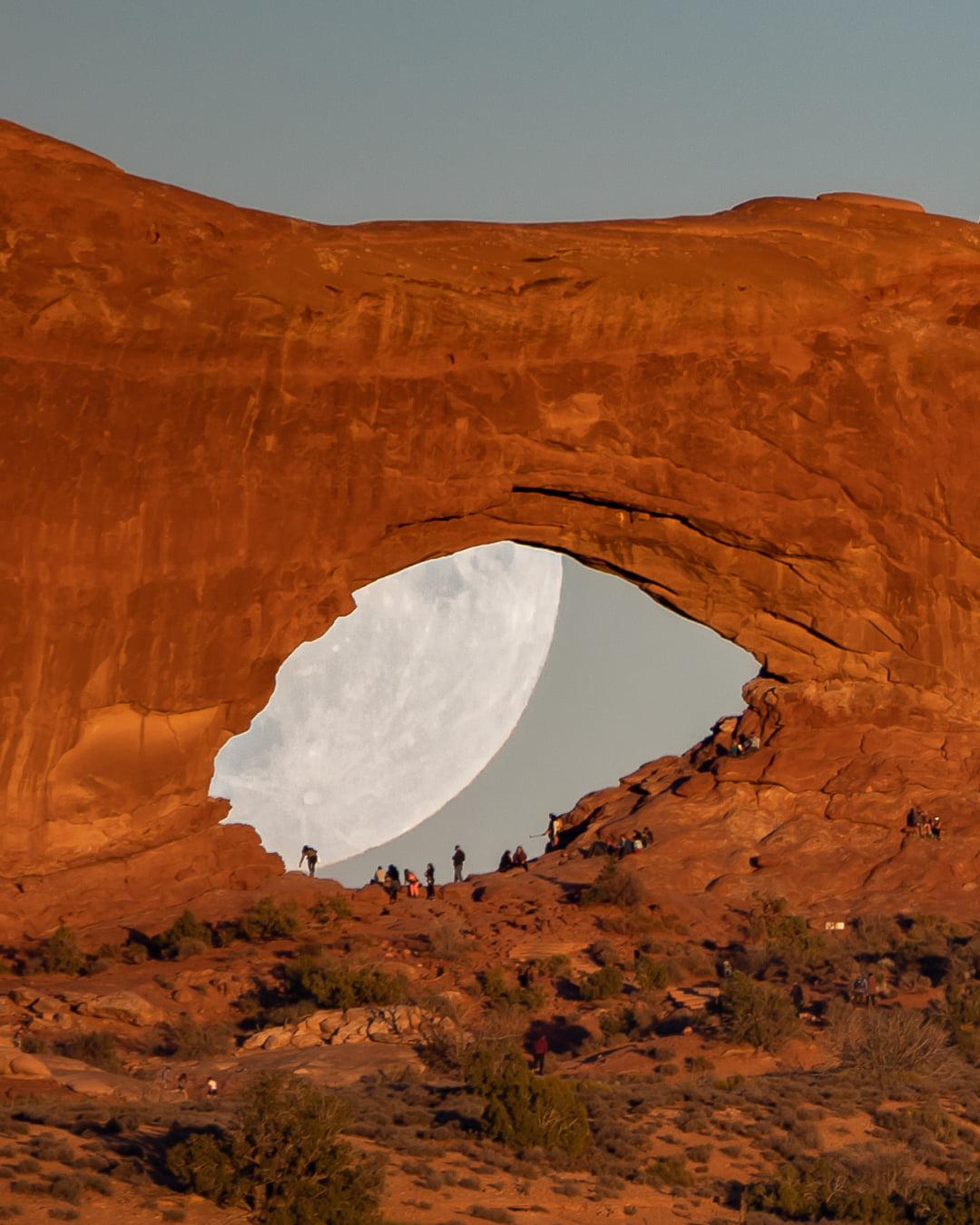 Một góc mặt trăng bị che khuất bởi vòm đá.