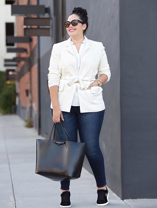 Làm nổi bật vòng eo  Không có gì lạ khi dáng đồng hồ cát được coi là dáng người nữ tính và hấp dẫn nhất. Để có được tỷ lệ phù hợp giữa phần trên và phần dưới của cơ thể, hãy cố gắng làm nổi bật vòng eo của bạn. Đối với những người thích phong cách cổ điển, thắt lưng là giải pháp tốt nhất. Nếu bạn thích trang phục thể thao hơn, áo sơ mi và áo len buộc ngang hông là lựa chọn hoàn hảo cho bạn.