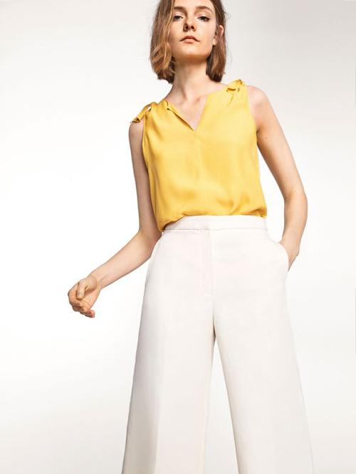 Vải lụa với nhiều gam màu tươi sáng được nhiều thương hiệu đưa vào sản xuất các mẫu áo sát nách mang tính ứng dụng cao.