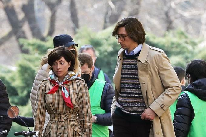 Cùng ngày, cặp đôi diễn viên được bắt gặp thực hiện các cảnh quay của House of Gucci trên đường phố Milan, Italy. Lady Gaga trang điểm nhẹ nhàng, mặc áo măng-tô Burberry và quàng khăn lụa Gucci. Adam Driver mặc áo len dệt bên ngoài sơ mi và khoác áo măng-tô tệp màu với áo của bạn diễn. Kiểu tóc và phong cách thời trang của họ được lựa chọn dựa theo chân dung nhân vật nguyên mẫu, phù hợp xu hướng những năm 1970 - 1980.