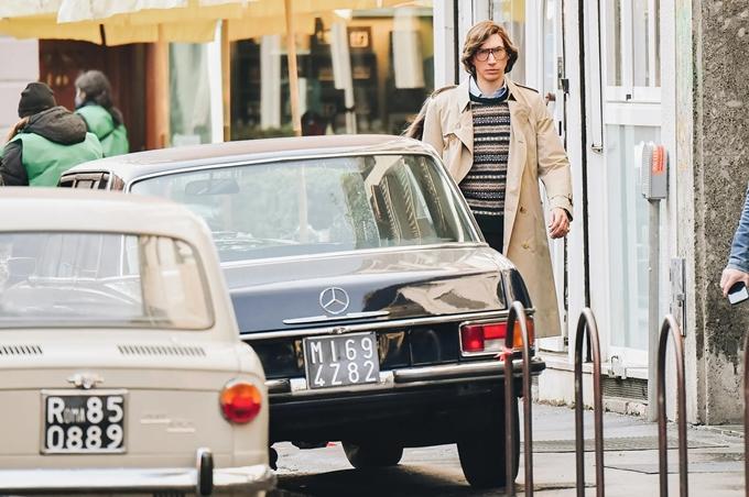 Tài tử Adam Driver đi qua những chiếc xe cổ trên đường phố Italy.