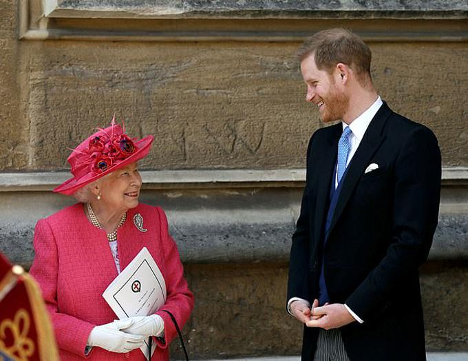 Nữ hoàng và Hoàng tử Harry tại một sự kiện khi Harry còn là thành viên làm việc cho hoàng gia. Ảnh: Reuters.