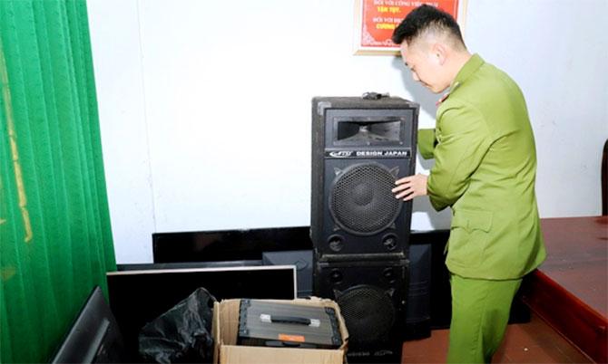 Cảnh sát tịch thu tang vật các vụ trộm mà Nguyên gây ra ở huyện Nghi Xuân. Ảnh: Hoài Nam
