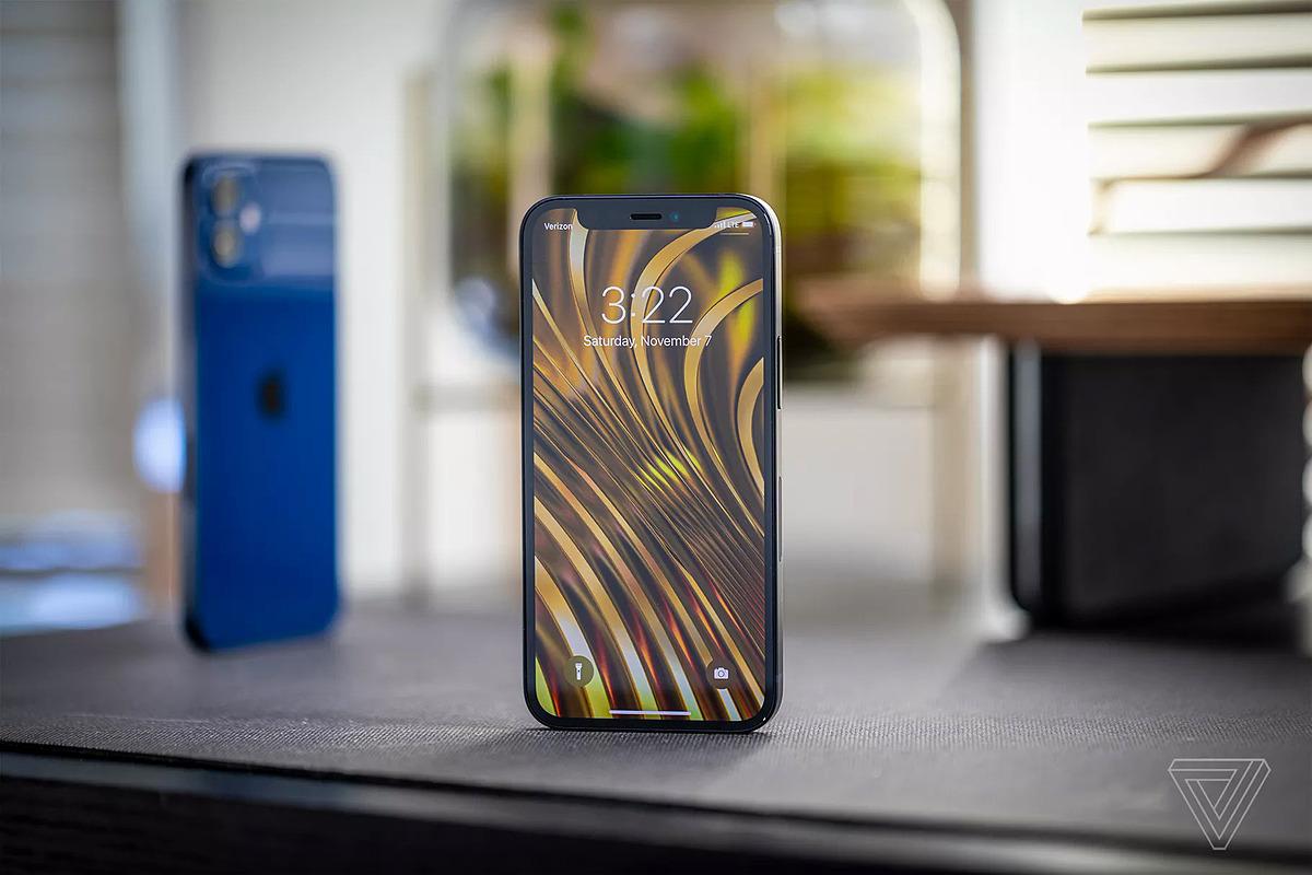 iPhone 12 mini. Ảnh: The Verge
