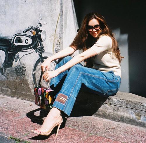 Khi diện các mẫu quần jeans ống đứng, các nàng có thể tham khảo cách mix sandal hoặc giày cao gót của Hồ Ngọc Hà để tôn dáng.