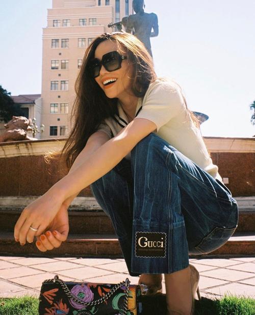 Combo quần jeans và áo T - shirt của Hồ Ngọc Hà là cách phối đồ quen thuộc và gần như khó gây nhàm chán bởi tính ứng dụng cao.