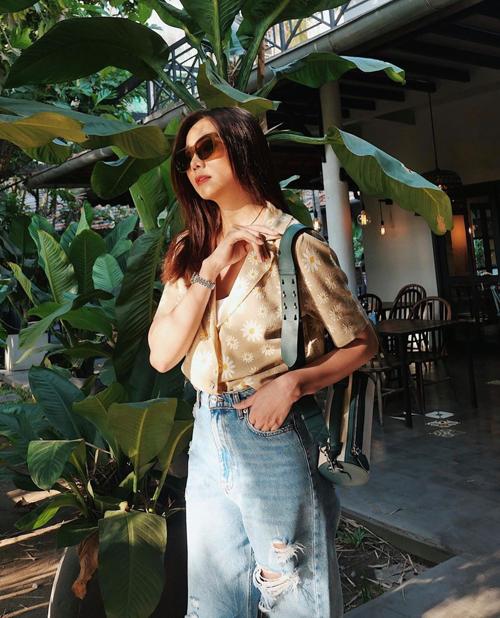 Phong cách mang dấu ấn thời trang những năm 1980 được Thanh Hằng thể hiện ấn tượng với lối mix áo hoa cùng quần jeans cổ điển.
