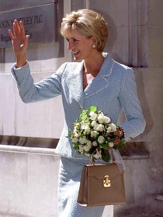 Meghan đeo đồng hồ Cartier 23.000 USD của Diana - 2