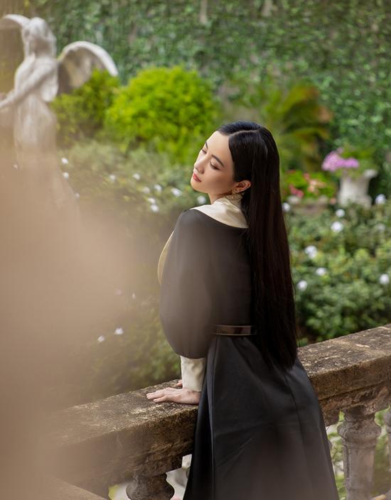 Nguyễn Phúc Tuấn mới chỉ thành lập thương hiệu mang tên mình được hơn hai năm, nhưng phong cách thiết kế nữ tính, cổ điển, thanh lịch của anh đã gây ấn tượng với hai đạo diễn Nam Cito và Bảo Nhân.