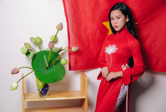 Bella Vũ diện áo dài giới thiệu hình ảnh Việt Nam với bạn bè quốc tế.