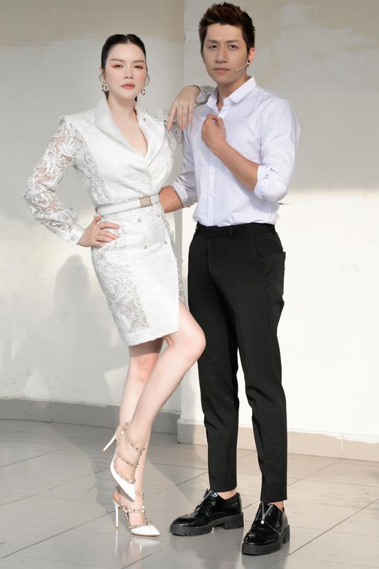 Lý Nhã Kỳ và ca sĩ Duy Ngọc của nhóm The Wings là khách mời trong tập 9 Giác quan thứ sáu phát sóng tối 14/3 trên kênh VTV3. Ngoài đời hai nghệ sĩ có mối quan hệ thân thiết, cùng thành viên nhóm bạn thân 5 ông 1 bà.