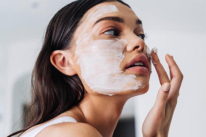 Đắp mặt nạ trước khi trang điểm gây hại cho da.