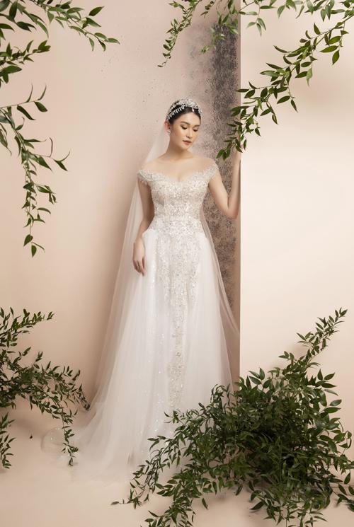 Bên cạnh các váy có tay là những váy tay con thanh lịch, phù hợp tiết trời giao mùa. Các mẫu đầm có họa tiết pha lê đính kết tỉ mỉ trên nền ren là gợi ý tuyệt vời cho cô dâu xuân hè.