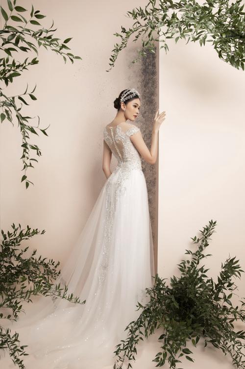 Mặt sau lưng váy được làm tỉ mỉ như bức tranh điêu khắc giúp cô dâu quyến rũ ở cả 360 độ.