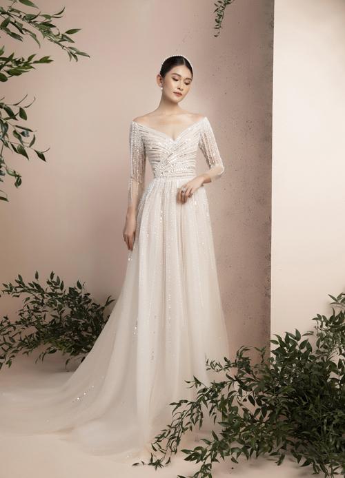 Ở BST này, NTK làm mới váy phom dáng váy chữ A bằng thiết kế đính kết cầu kỳ hay phối ren họa tiết nổi bật.