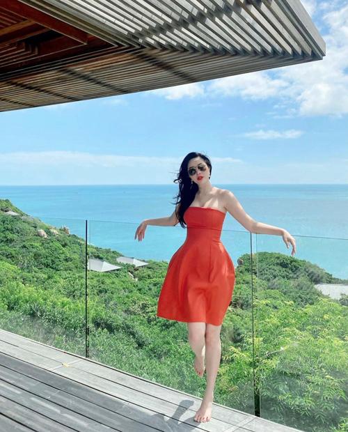 Đầm cúp ngực tông màu nổi của Bảo Thy phù hợp với các bạn gái sở hữu làn da dáng.