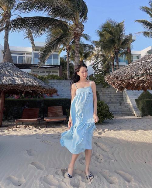 Đầm hai dây thiết kế trên các loại vải thân thiện môi trường của Trúc Anh phù hợp với việc dạo biển và tắm nắng vào mùa hè.