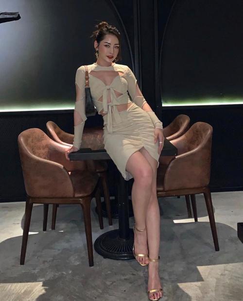 Trang phục cut-out của Chi Pu được tạo điểm nhấn bởi chi tiết thắt nút độc đáo, tạo điểm nhấn cho phần ngực và eo thon. Người đẹp chọn túi kẹp nách, sandal ánh kim để hoàn thiện set đồ khi đi ăn tối.