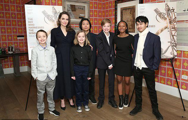 Angelina Jolie bên các con năm 2019.