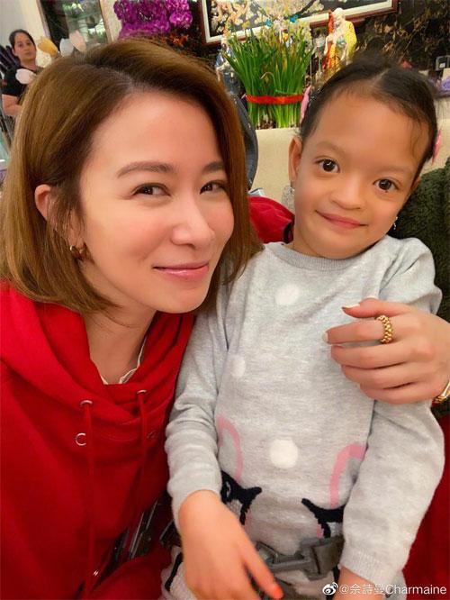 Xa Thi Mạn cùng con gái của Chung Lệ Kỳ.