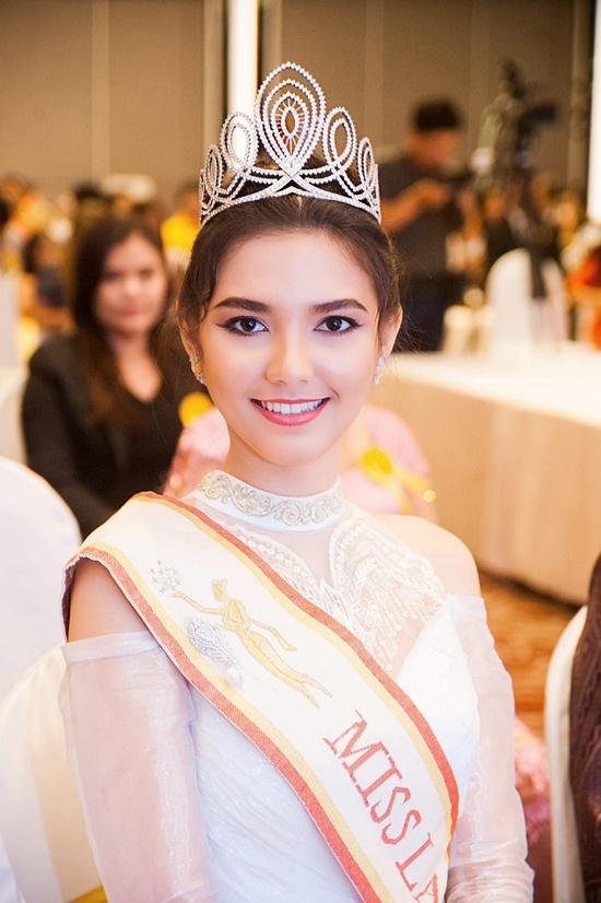 Christina không phải là gương mặt xa lại. Cô từng đăng quang Hoa hậu Lào năm 2012. Tại nước mình,
