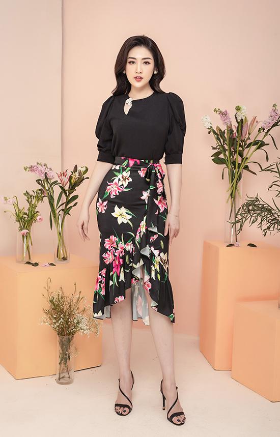 Với chiếc chân váy họa tiết hoa, Tú Anh chọn áo tay bồng trơn màu để cân bằng tổng thể.