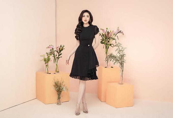 Chiếc váy đơn sắc trở nên bắt mắt hơn với chi tiết bèo nhún may từ chất liệu voan đồng màu, nhấn vào vòng eo nhỏ nhắn.