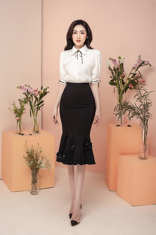 Từ ngày có con, Tú Anh xây dựng hình ảnh thanh lịch và yêu thích những mẫu trang phục kín đáo. Sơ mi trắng kết hợp chân váy đen là sự kết hợp kinh điển dành cho các quý cô công sở. Bộ trang phục trở nên điệu đà hơn với các chi tiết thắt nơ, đính hoa.