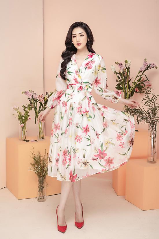 Với chiếc váy voan dài quá gối in hoa, Tú Anh vừa có đi dạo phố với bạn bè, dẫn chương trình hoặc tham gia những buổi gặp gỡ đối tác đòi hỏi sự kín đáo.