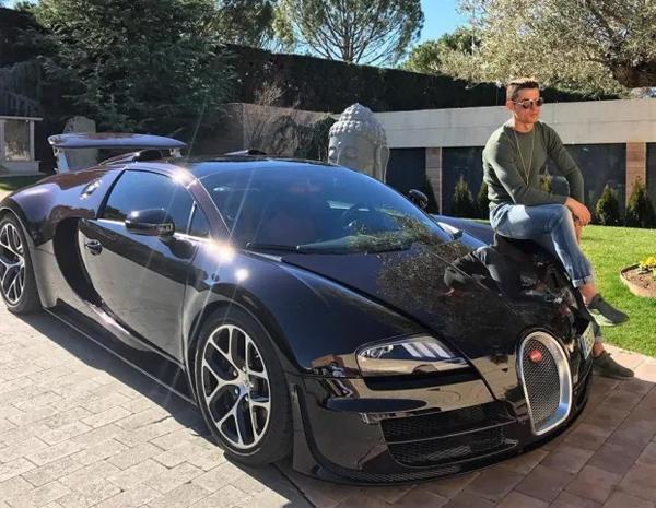 CR7 tạo dáng bên chiếc Bugatti Veyron 1,7 triệu bảng bên ngoài biệt thự ở Madrid khi còn ở Real. Ảnh: Instagram.