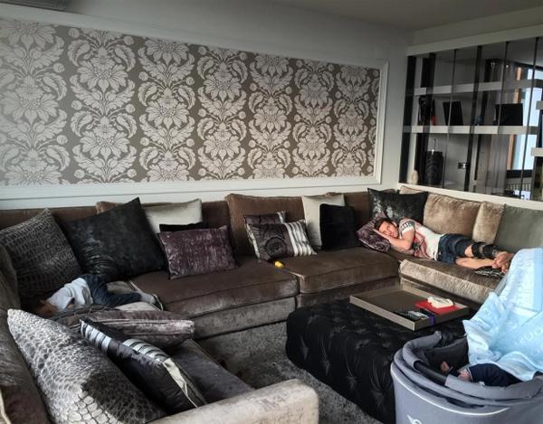 Messi nằm dài trên sofa cỡ lớn ở phòng khách trong biệt thự. Ảnh: Instagram.