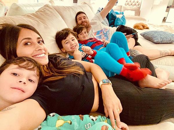 Messi hạnh phúc bên người đẹp đồng hương Antonella và ba cậu con trai. Ảnh: Instagram.