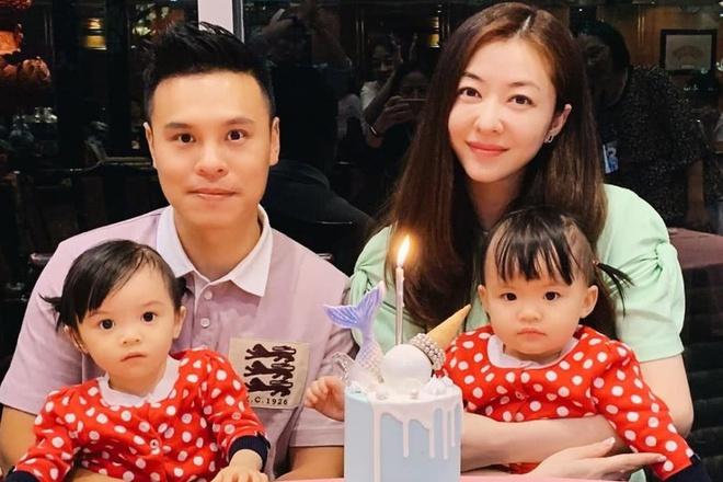 Vợ chồng Hùng Đại Lâm và hai con gái.