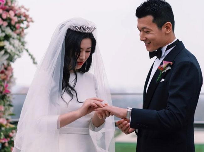 ... và nhẫn cưới. Sau khi Chu Châu lên tiếng xác nhận hôn sự, làng giải trí rộ tin đồn chồng cô là giáo viên dạy mỹ thuật tại Đại học Thanh Hoa. Tuy nhiên, ông xã của Chu Châu hôm 18/3 lên tiếng phủ nhận.
