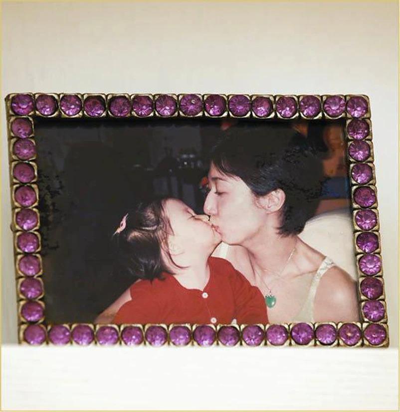 Tấm ảnh Ỷ Lợi bên con gái được cô treo trong nhà.