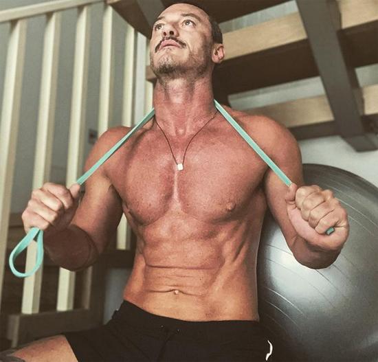 Nam diễn viên chăm chỉ tập gym tại nhà.