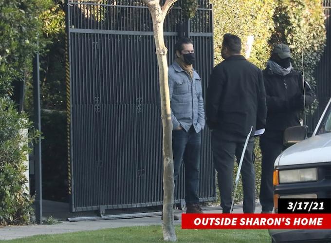 Vệ sĩ bên ngoài nhà của Sharon.